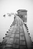 El embarcadero del pescador en blanco y negro Imagenes de archivo