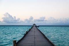 El embarcadero largo al infinito del ` s del océano Fotografía de archivo