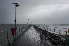 El embarcadero largo en Hythe en el sur de Inglaterra con su calzada de madera y la línea ferroviaria al Southampton balsean que  Fotos de archivo libres de regalías