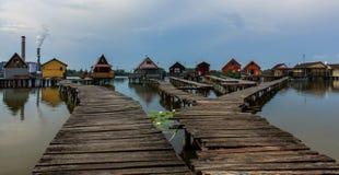 El embarcadero a las casas de planta baja de la pesca Imagen de archivo libre de regalías