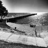 El embarcadero Mirada artística en blanco y negro Imágenes de archivo libres de regalías
