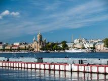 El embarcadero para amarrar envía en Promenade des Anglais en la ciudad Fotografía de archivo
