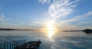 El embarcadero por el río en la puesta del sol almacen de video