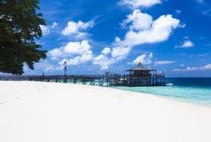 El embarcadero principal y la arena blanca varan en la isla de Pulau Sipadan, Malasia Foto de archivo libre de regalías