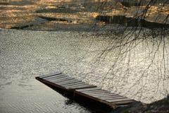 El embarcadero que sale del lago con hielo imagenes de archivo