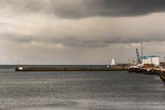 El embarcadero y el faro en la mecha se abrigan, Escocia Foto de archivo