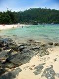 El embarcadero y la playa, islas acercan a Kota Kinabalu Imagenes de archivo