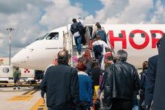 El embarque Air France salta aeroplano del jet en el aeropuerto de Bolonia Imagenes de archivo