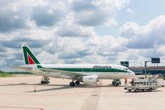El embarque Alitalia echa en chorro aeroplano Fotos de archivo