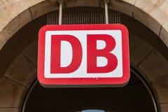 El emblema de Deutsche Bahn cuelga en la estación de tren alemana Fotografía de archivo libre de regalías