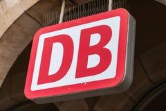 El emblema de Deutsche Bahn cuelga en la estación de tren alemana Fotos de archivo