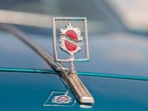 El emblema de Oldsmobile en la capilla del coche en una exposición de los coches del vintage parqueó cerca de la alameda grande d Imagen de archivo libre de regalías