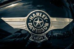El emblema en el depósito de gasolina de la motocicleta Harley Davidson Softail Fotografía de archivo