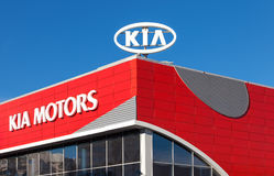 El emblema KIA viaja en automóvili en fondo del cielo azul Imagen de archivo