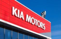 El emblema KIA viaja en automóvili en fondo del cielo azul Imagenes de archivo