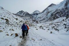 El emigrar al campo bajo de Everest Fotos de archivo