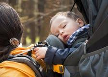 El emigrar con un bebé Imágenes de archivo libres de regalías