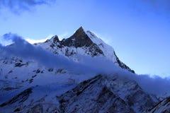 El emigrar en Nepal Himalaya: Pico de la espina de pescado en el amanecer Foto de archivo
