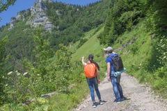 El emigrar junto Caminantes activos Los viajeros viajan en el camino artificial de la reserva de las montañas Foto de archivo libre de regalías