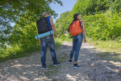 El emigrar junto Caminantes activos Los viajeros viajan en el camino artificial de la reserva de las montañas Fotografía de archivo