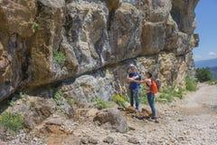 El emigrar junto Caminantes activos Los viajeros viajan en el camino artificial de la reserva de las montañas Foto de archivo