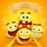 El emoji sonriente amarillo hace frente a los caracteres que hacen el selfie Foto de archivo