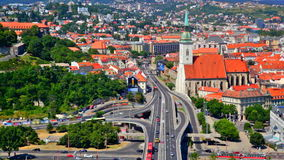 El empalme y el día autos trafican en Bratislava, Eslovaquia