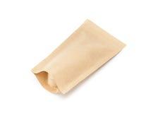 El empaquetado en blanco recicla la bolsa del papel de Kraft aislada en blanco Fotos de archivo libres de regalías
