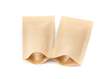 El empaquetado en blanco recicla la bolsa del papel de Kraft aislada en blanco Imagen de archivo libre de regalías