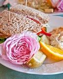 El emparedado del almuerzo con Rose rosada adorna Foto de archivo libre de regalías