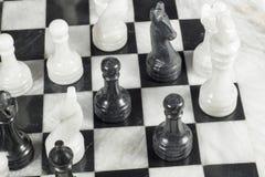 El empeño negro da jaque mate al rey blanco Tablero de ajedrez de mármol Foto de archivo libre de regalías