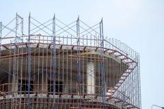 El emplazamiento de la obra con los pilares de acero y concretos se moldea en la estructura del edificio Fotografía de archivo