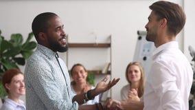 El empleado afroamericano orgulloso feliz consigue recompensado promovido por el encargado almacen de metraje de vídeo