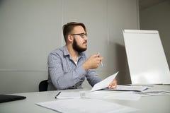 El empleado analiza el contrato y pide la clarificación Imágenes de archivo libres de regalías