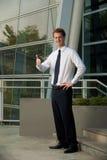 El empleado corporativo manosea con los dedos encima del edificio de oficinas fotografía de archivo