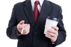El empleado corporativo que come un café y el cigarrillo se rompen Fotos de archivo