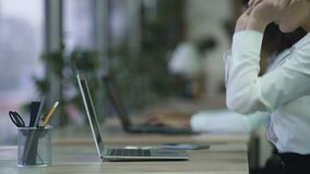 El empleado de oficina activo que el comienzo trabaja en el ordenador portátil, mujer sonriente feliz ama su trabajo almacen de video