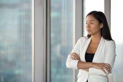 El empleado de sexo femenino asi?tico pensativo piensa en la soluci?n del problema imagenes de archivo