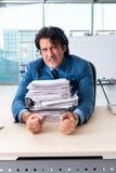 El empleado de sexo masculino encadenado infeliz con el trabajo excesivo fotografía de archivo