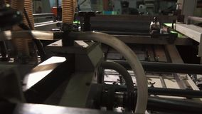 El empleado de una casa de impresión industrial grande almacen de metraje de vídeo