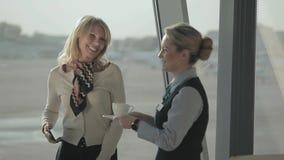 El empleado del aeropuerto da una bebida al pasajero almacen de video