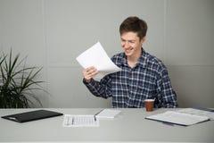 El empleado disfruta de tarea fácil de sus superiores Foto de archivo