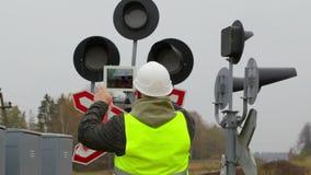 El empleado ferroviario filmó los pilotos con la tableta almacen de metraje de vídeo