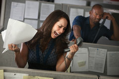 El empleado grita en el teléfono imagen de archivo libre de regalías