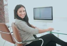 El empleado joven de la compañía trabaja con datos del ordenador Fotos de archivo