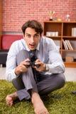 El empleado joven que juega a juegos de la palanca de mando durante su rotura fotos de archivo libres de regalías