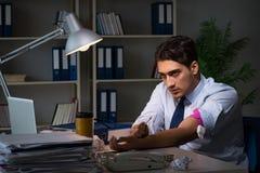 El empleado que alivia la tensión del tiempo suplementario con el narcótico de las drogas fotografía de archivo