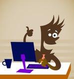 El empleado se sienta delante del ordenador Foto de archivo libre de regalías