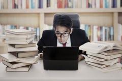 El empleado trabaja en biblioteca Fotografía de archivo
