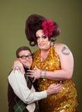 El empollón abraza a una reina de la fricción Foto de archivo